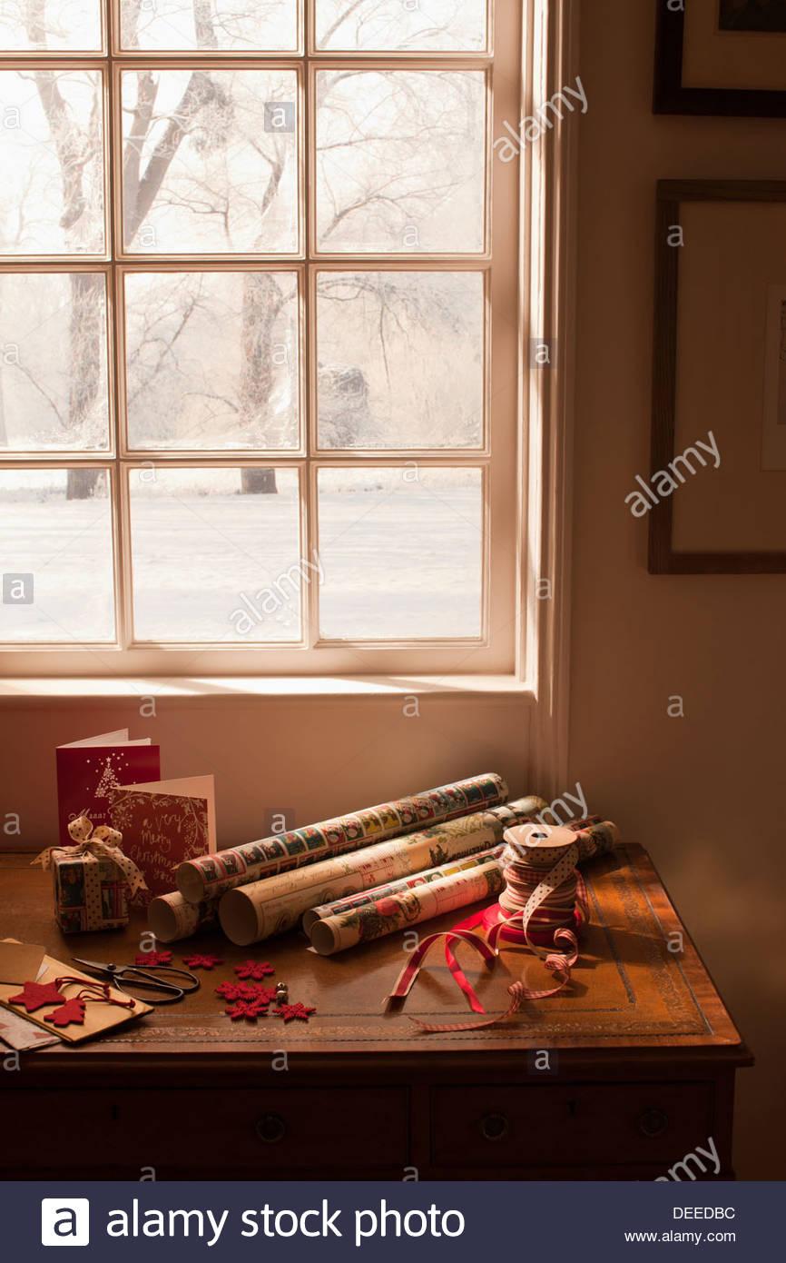 Cinta de papel de envolver, Navidad, Tarjetas de regalo y cerca de la ventana Imagen De Stock