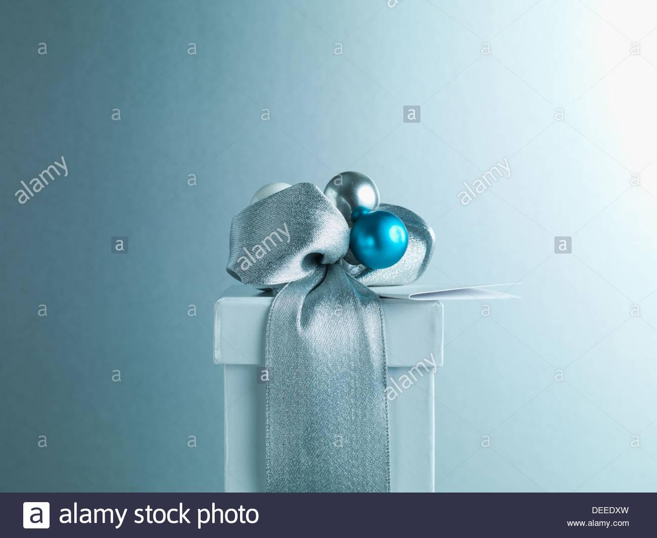 Regalo de navidad con cinta de plata y envolver Imagen De Stock