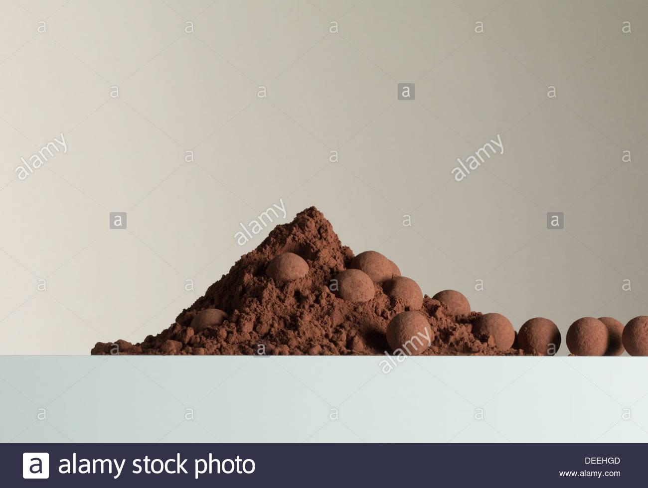 Montón de cacao en polvo y trufas Imagen De Stock