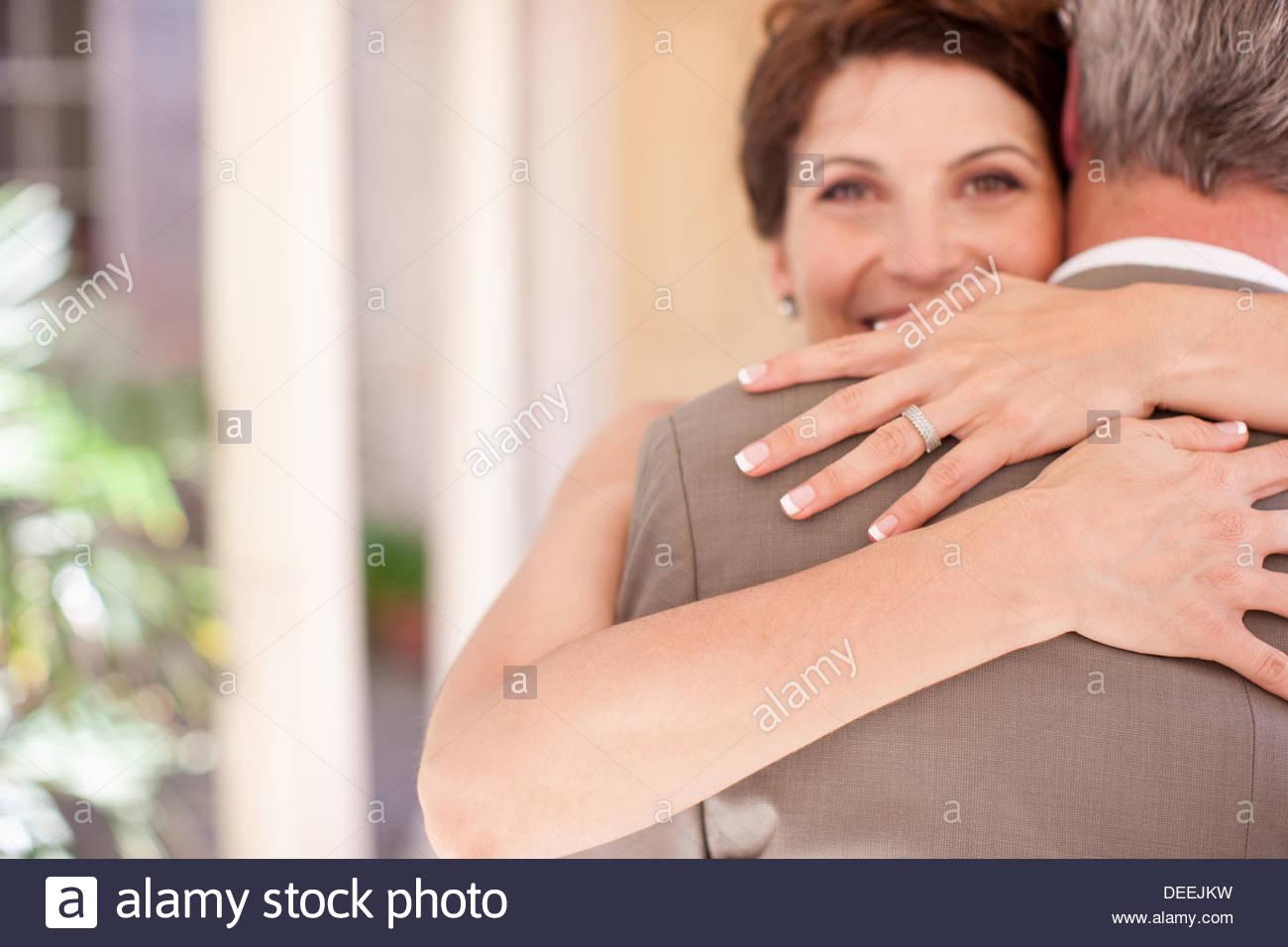 La novia y el novio maduro abrazos Imagen De Stock
