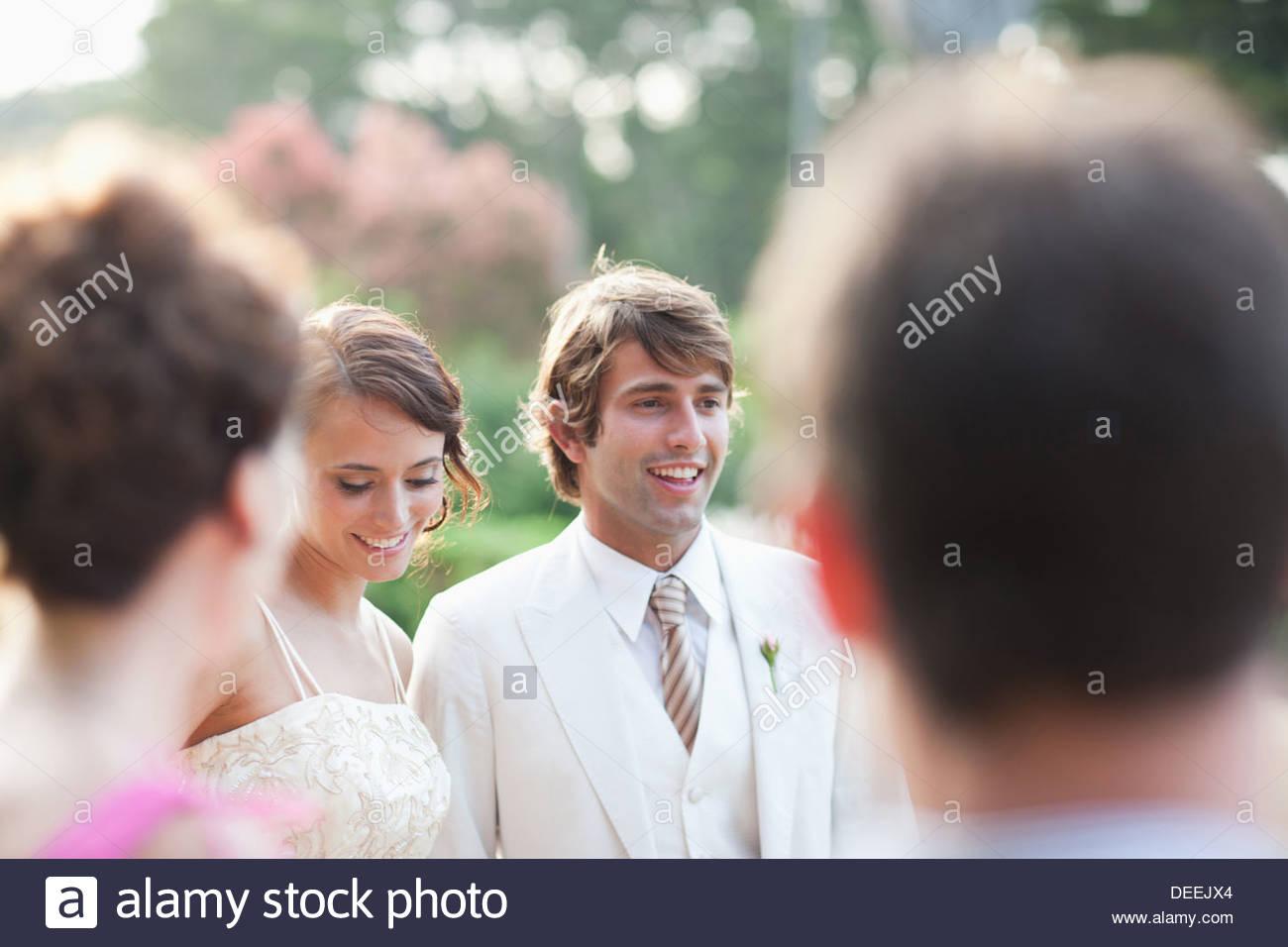 Los huéspedes viendo la novia y el novio Imagen De Stock