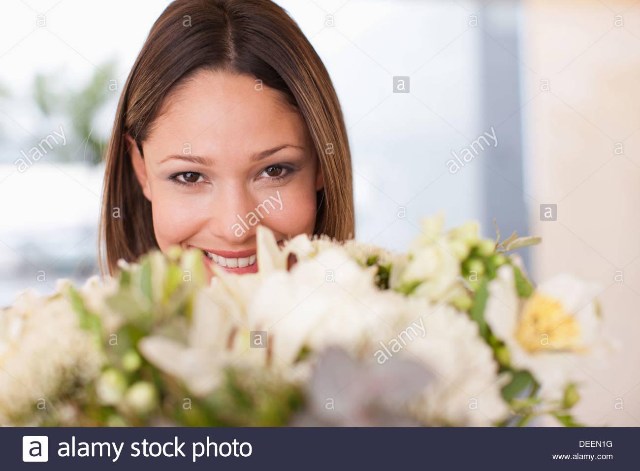 Mujer sosteniendo bouquet de flores Imagen De Stock