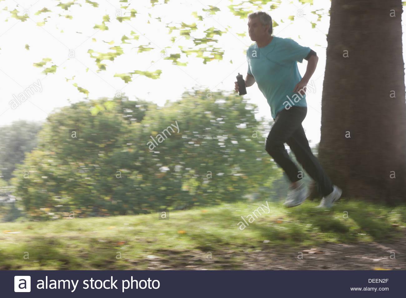 Determina el hombre corriendo en exteriores Foto de stock