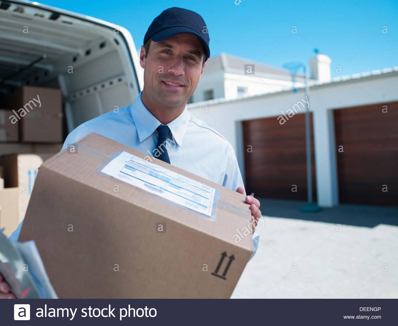 Persona entrega macho en cap con furgón y cajas Imagen De Stock