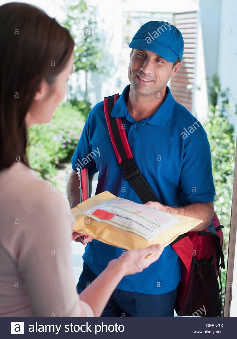 Persona que entrega macho paquete para mujer Imagen De Stock