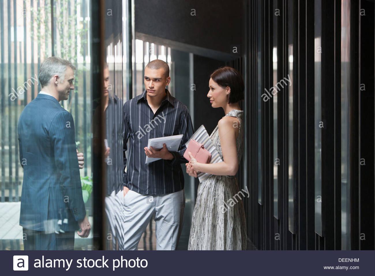 Tres hombres de negocios en una oficina. Imagen De Stock