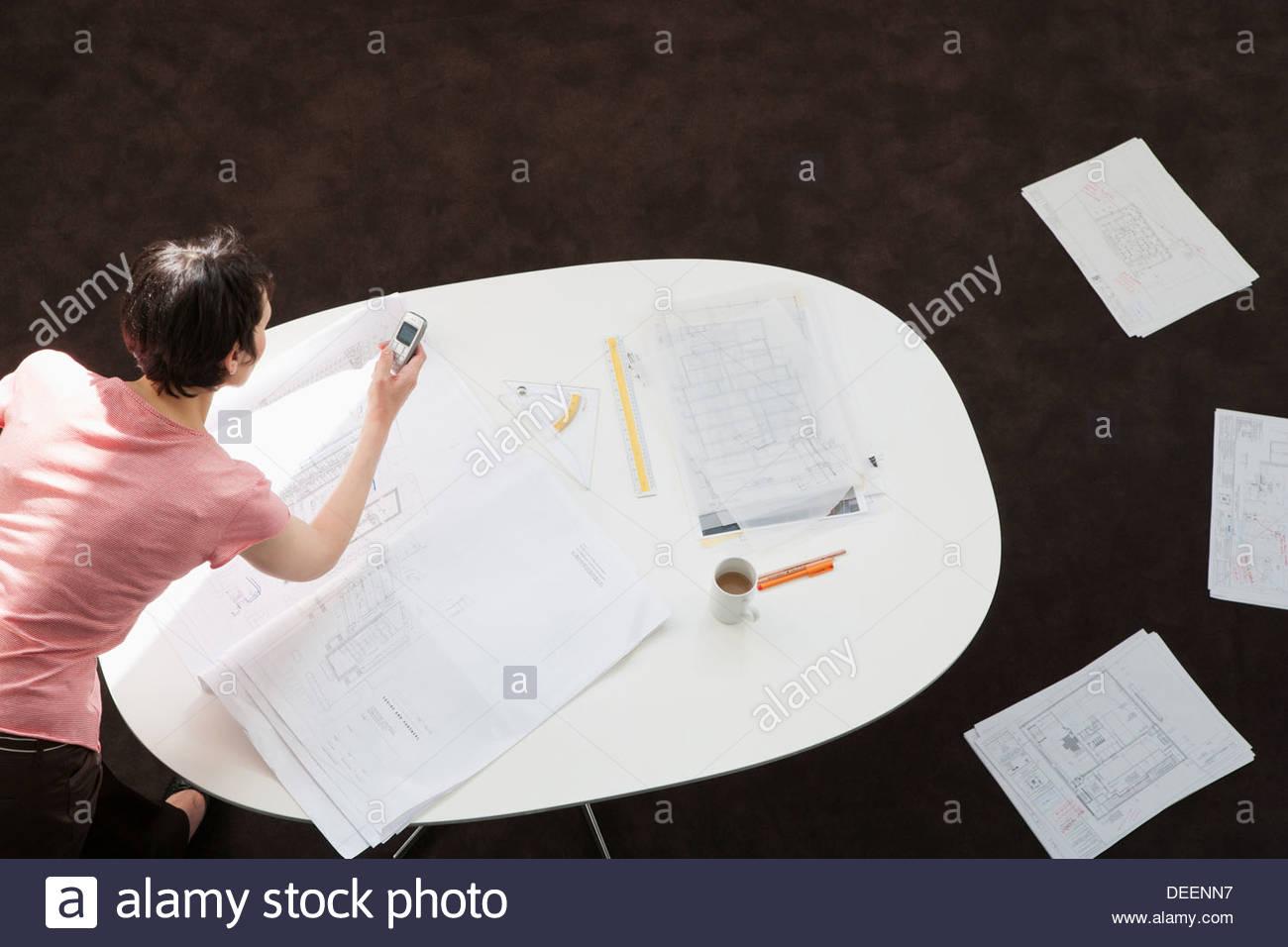 La empresaria mirando los borradores en una tabla Imagen De Stock