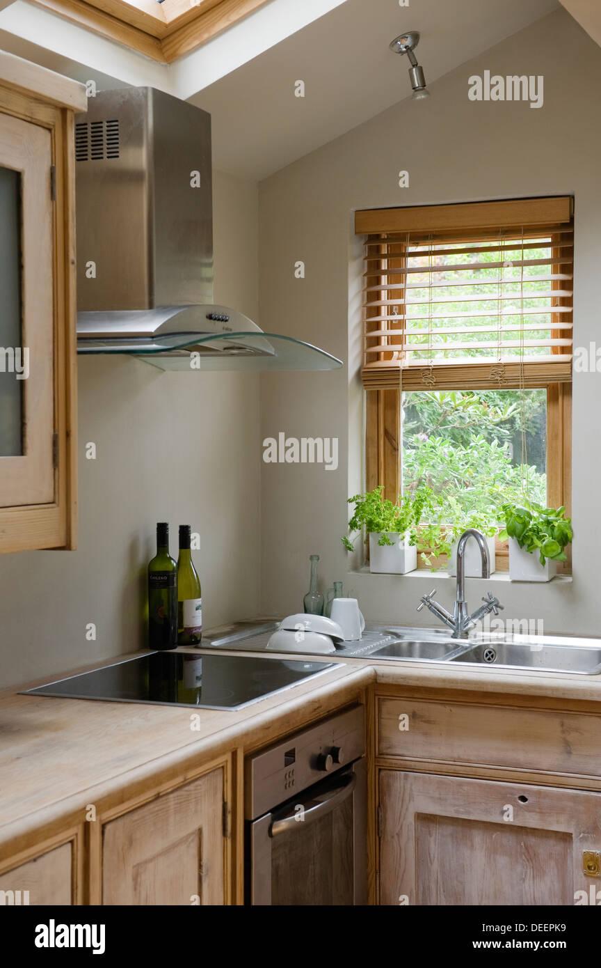 Hierbas en sus ventanales en esquina de cocina fregadero doble ...