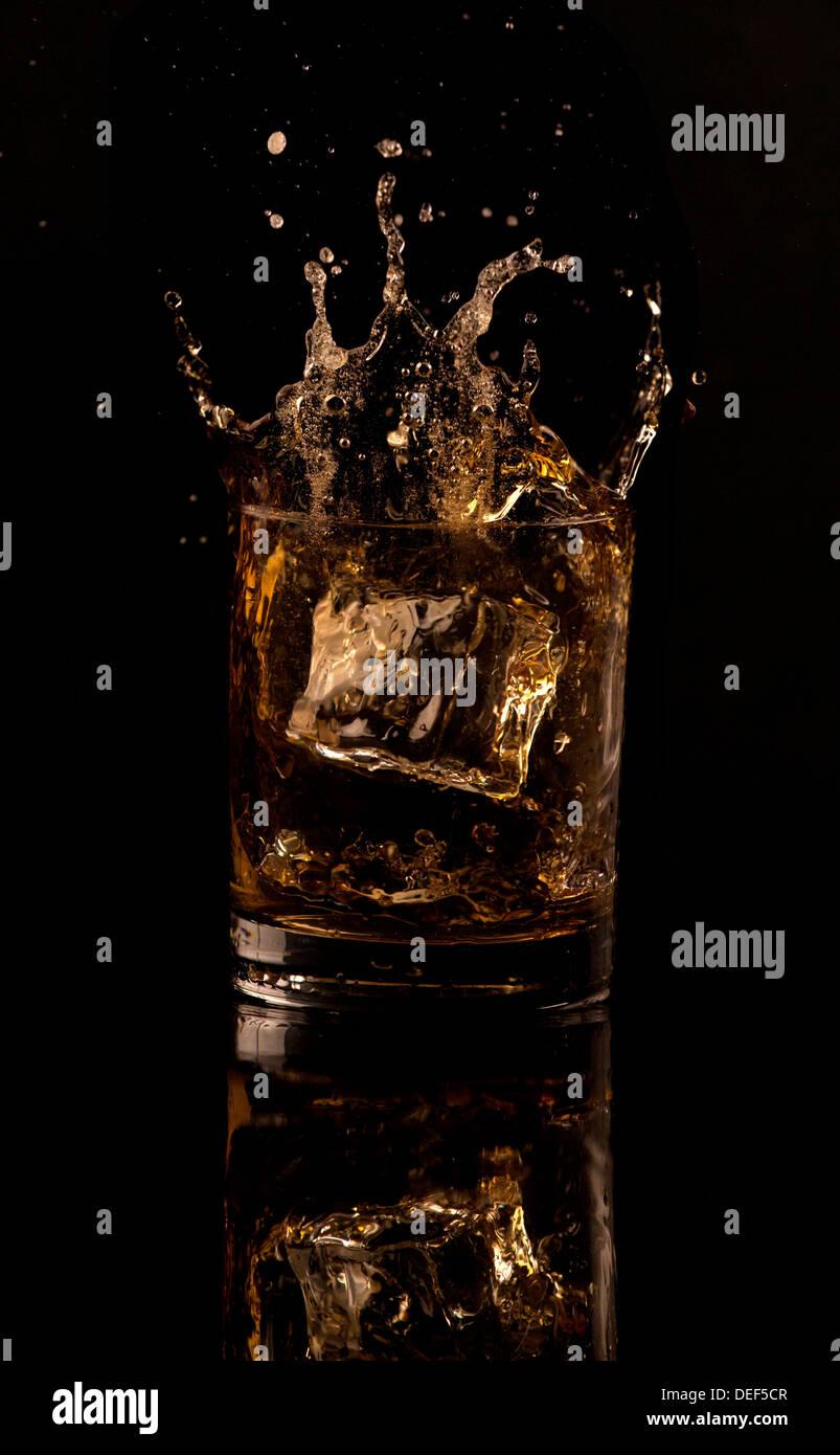 Splash de whisky Imagen De Stock