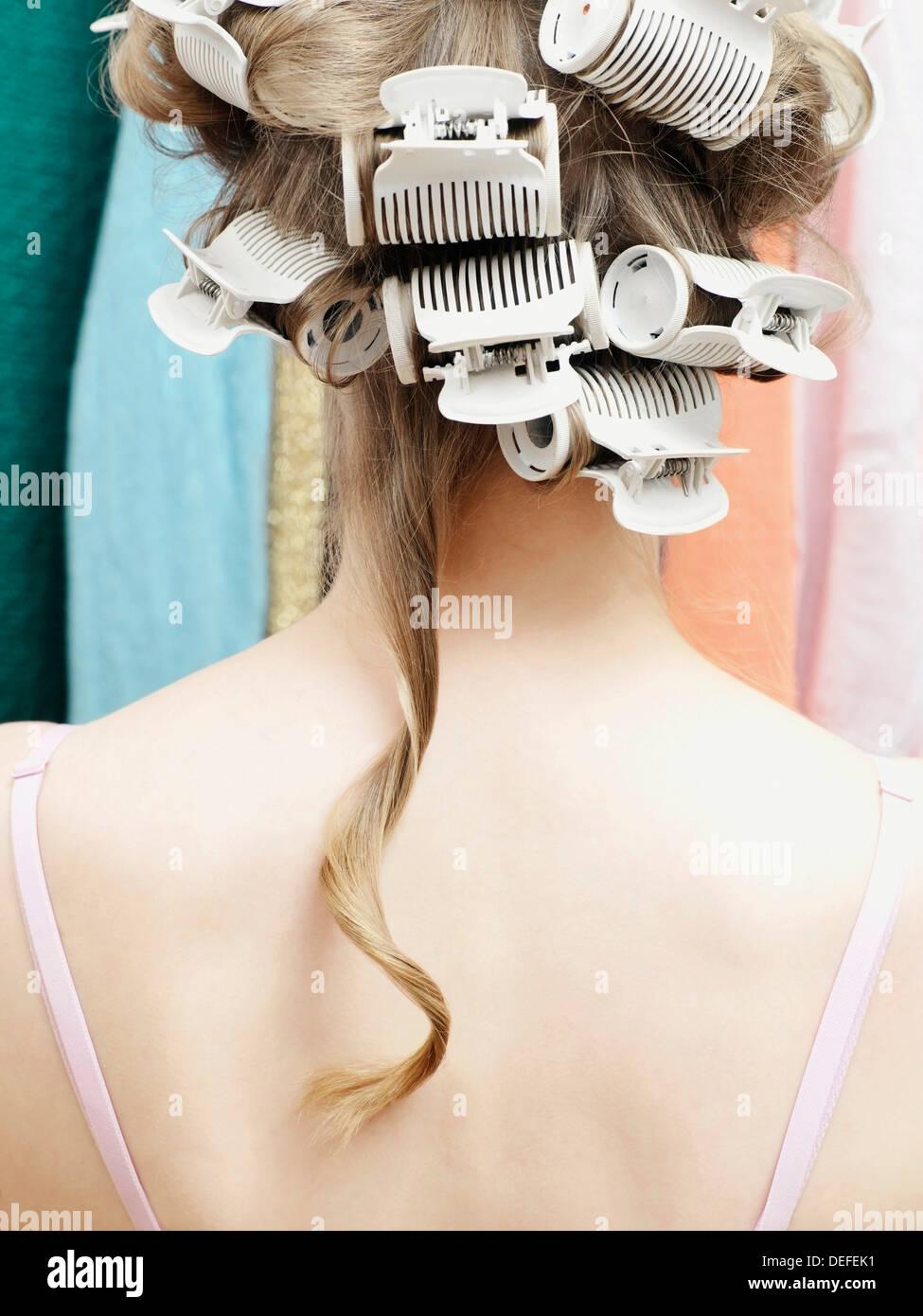 Mujer vistiendo rulo con un solo cabello colgando Imagen De Stock