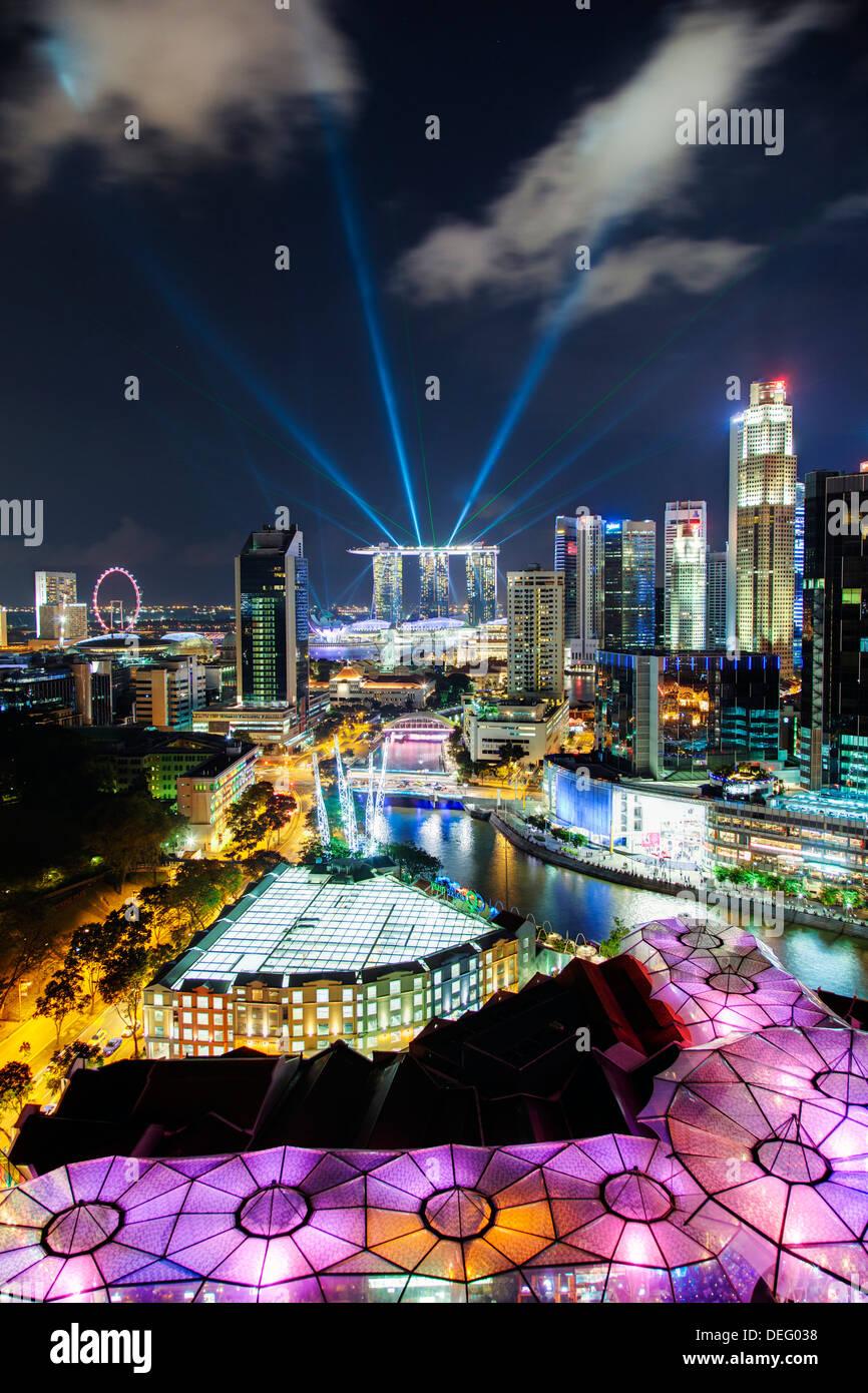 Vista elevada sobre el distrito de entretenimiento de Clarke Quay, el río Singapur y el horizonte de la ciudad, Singapur, Sudeste de Asia Imagen De Stock