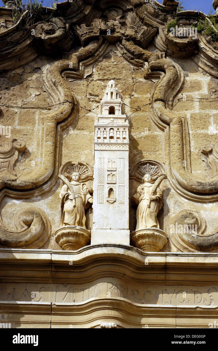 Portada detalle de la Cilla del Cabildo colegial con Sevilla La Giralda. Osuna. Andalucia. España Imagen De Stock