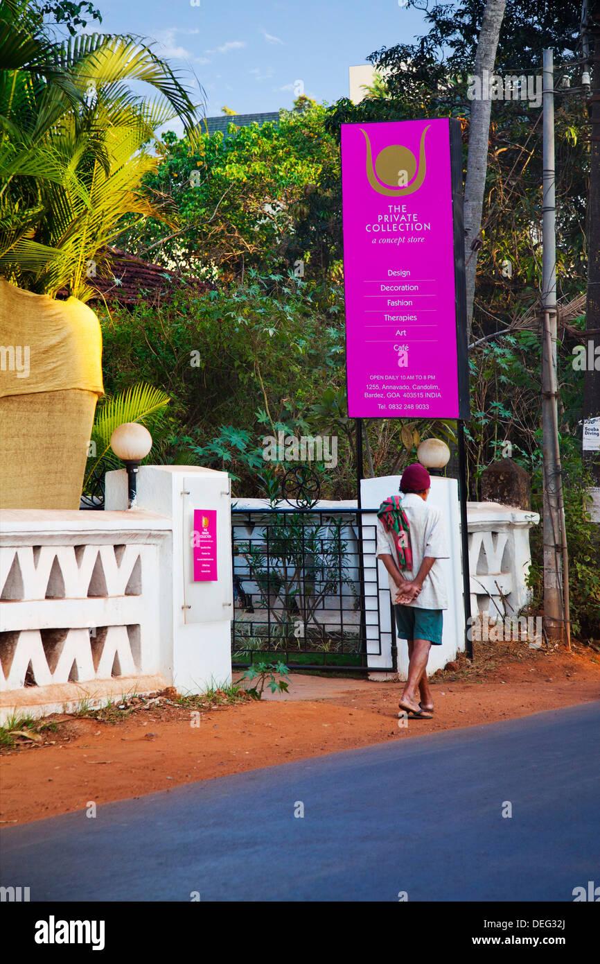 Letrero a la entrada de una tienda de compras, la colección privada, Candolim Bardez Annavado,,, el norte de Goa, Goa, India Foto de stock