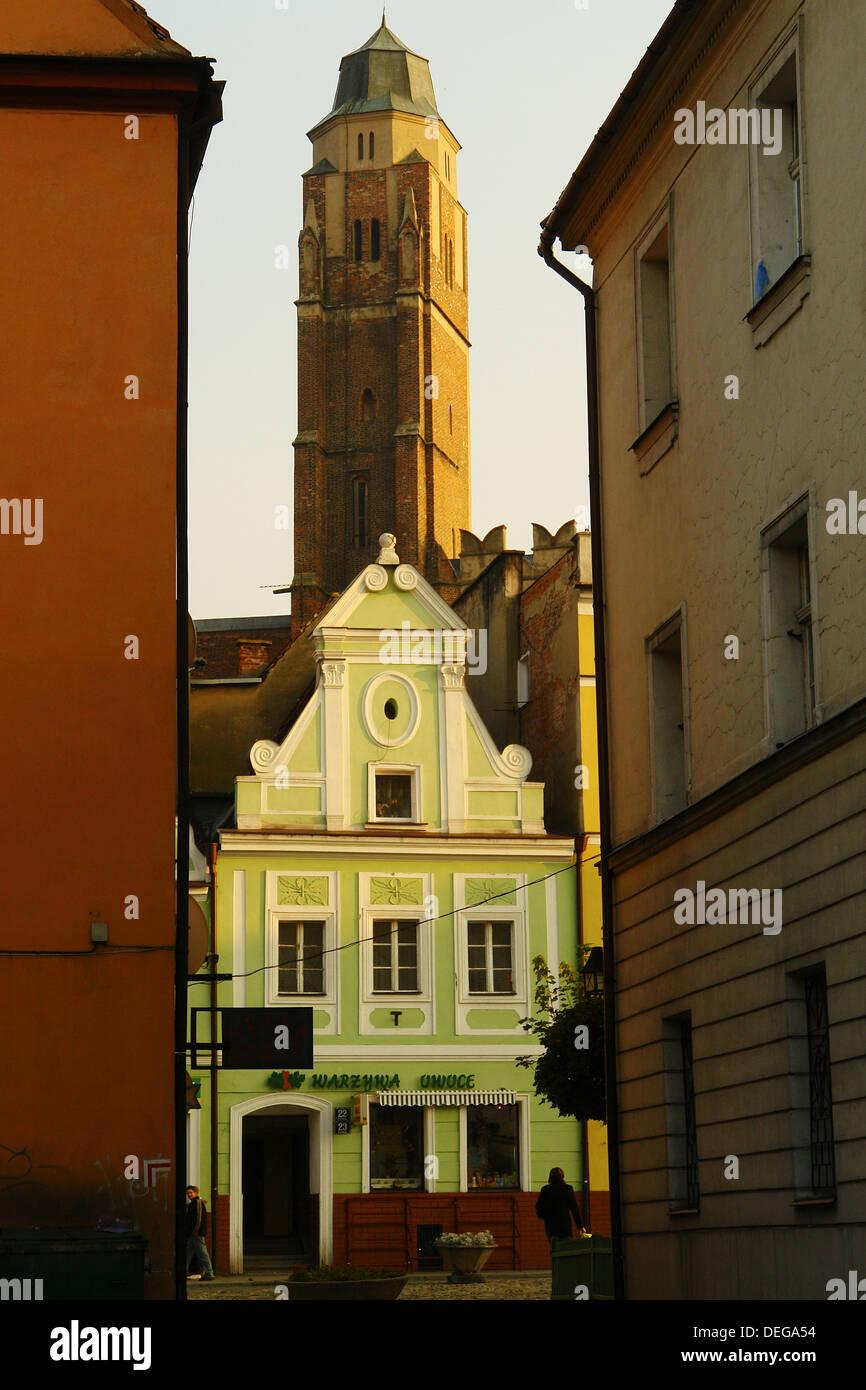 Iglesia y antigua casa en la Plaza del Mercado, Paczków. Baja Silesia, Polonia Foto de stock