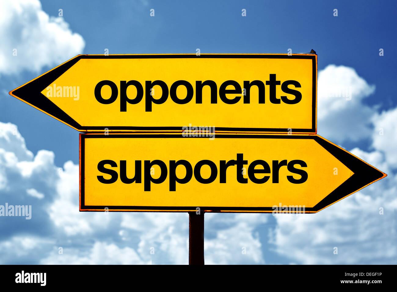 Los opositores o partidarios de signos opuestos. Dos enfrente de las señales de la carretera contra el cielo azul Foto de stock