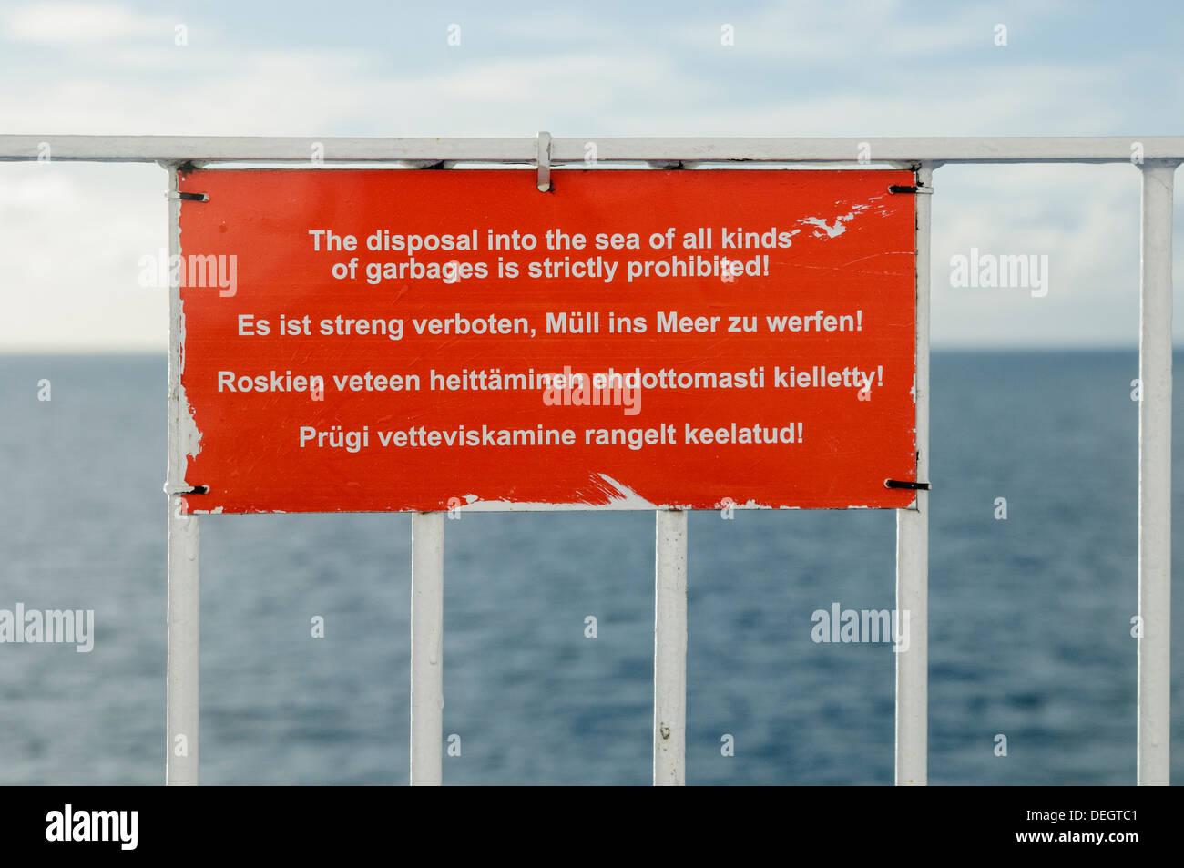 Anuncio sobre un buque en Engllish, alemán, finlandés y estonio advirtiendo que la basura no se debe thown en el mar Imagen De Stock