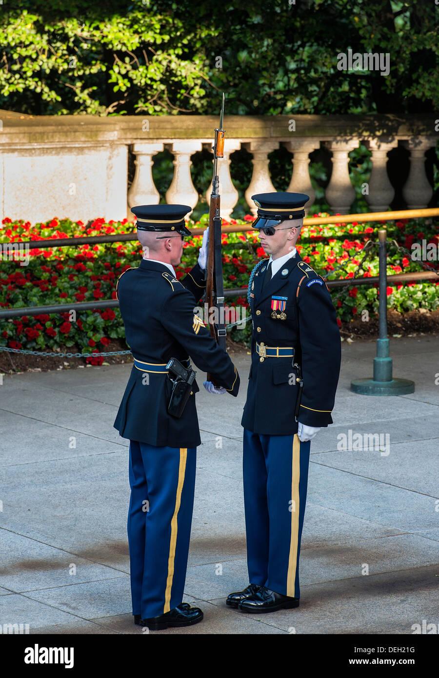 Vigilaban la Tumba del Soldado Desconocido, el cementerio de Arlington, Virginia, EE.UU. Foto de stock