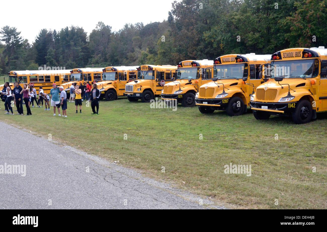 Línea de autobuses escolares estacionados en un evento Imagen De Stock