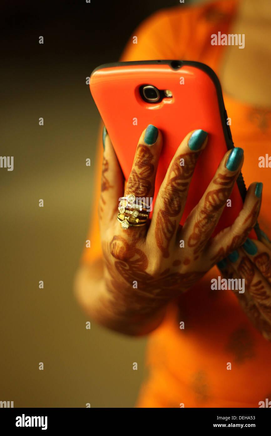 Primer plano de una señora con teléfono móvil Foto de stock