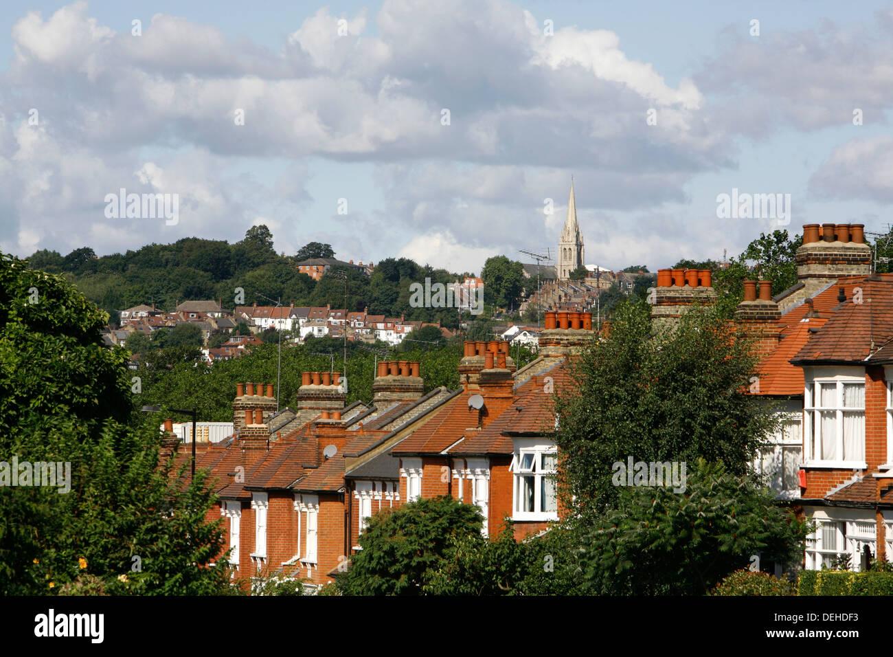 Vistas de los tejados de Crouch fin a St James's church, Muswell Hill, en la distancia, Londres, Reino Unido. Imagen De Stock