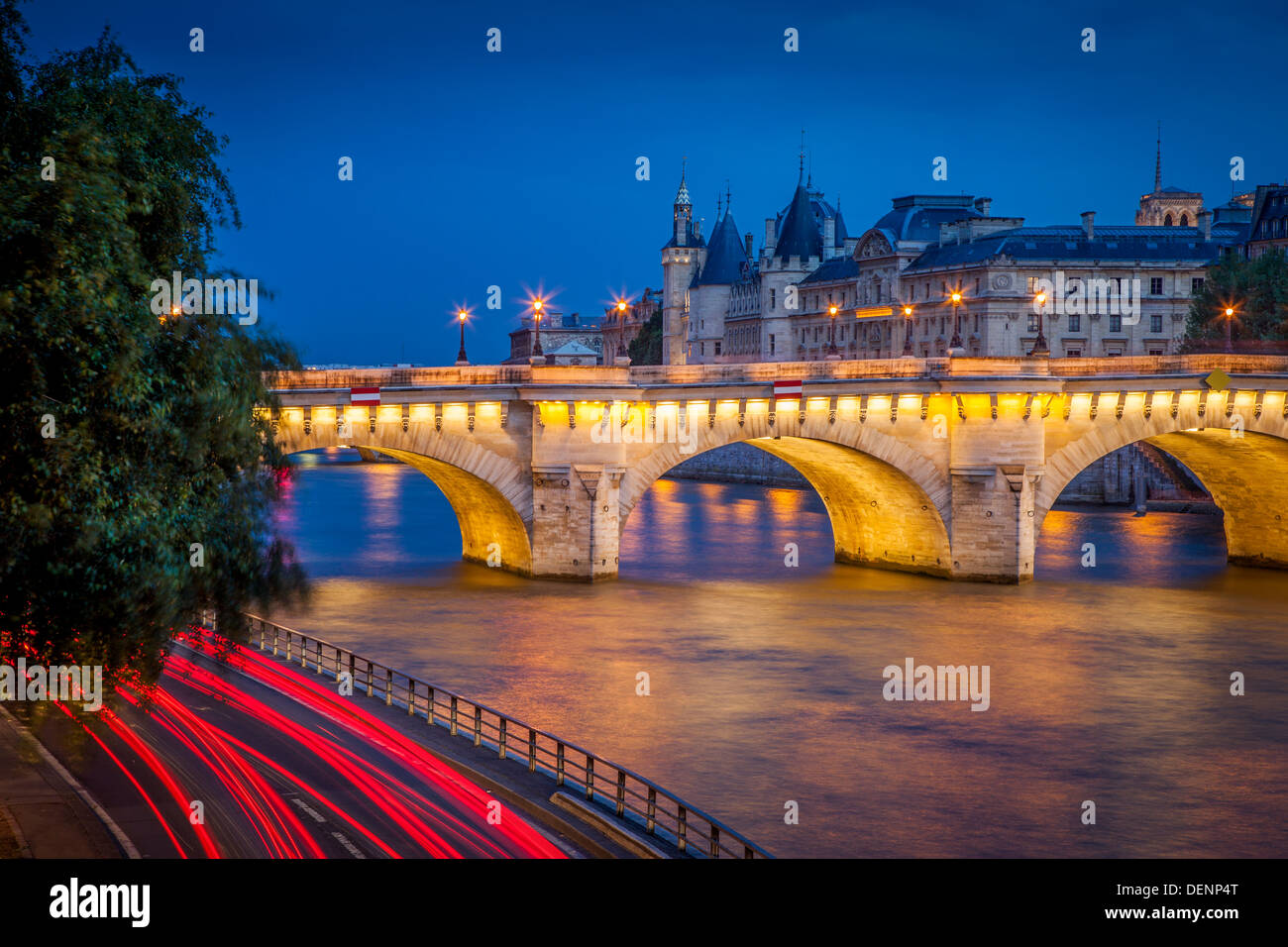 Twilight en Pont Neuf y la Conciergerie junto al río Sena, París Francia Imagen De Stock
