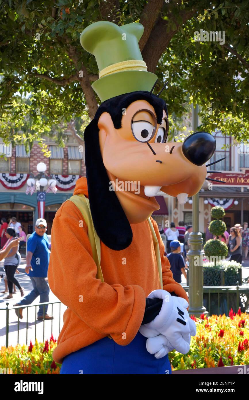 Goofy Disney Character, sobre la calle principal de Disneyland Resort, en Anaheim, California Foto de stock
