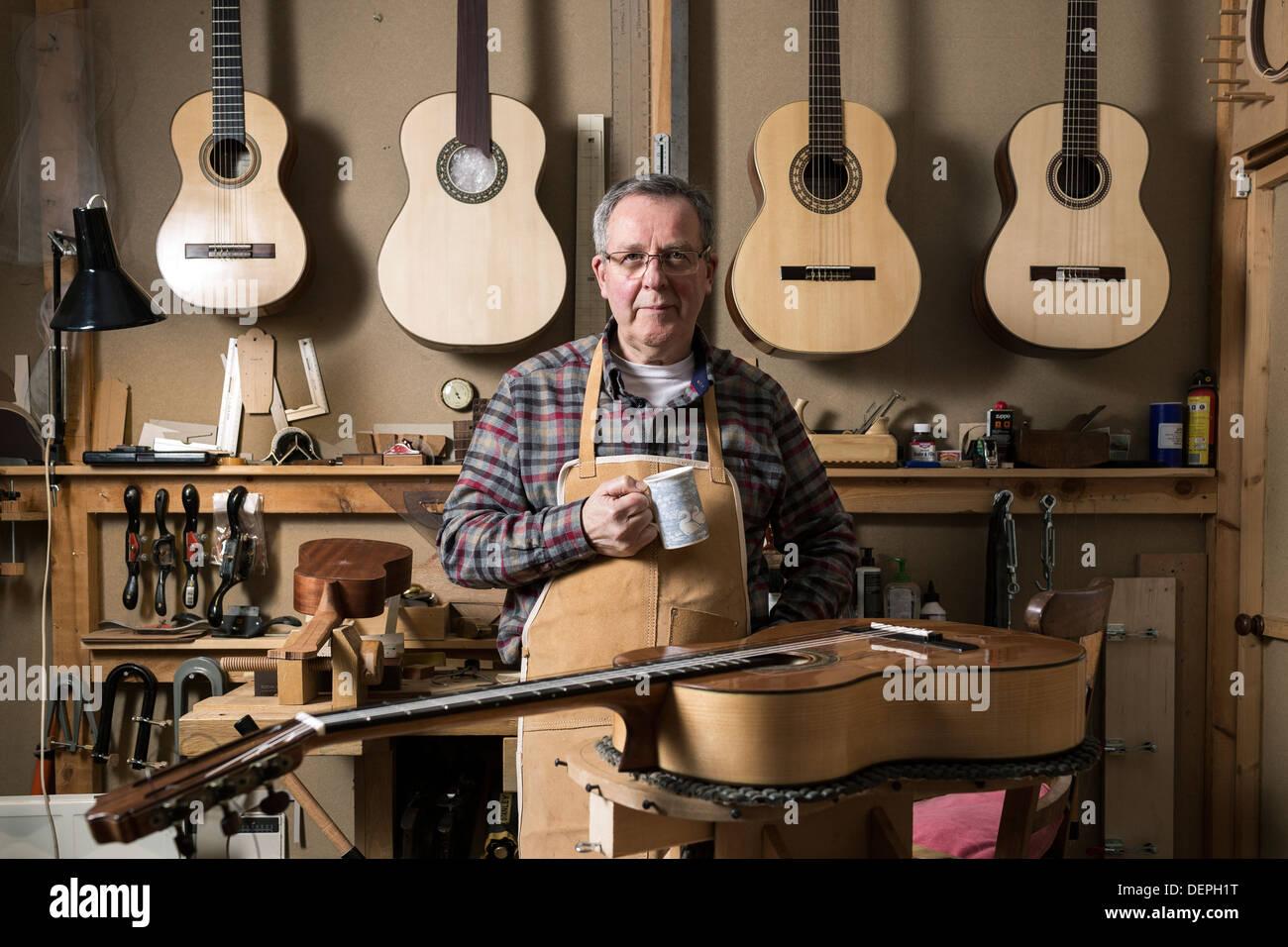 Creador de la guitarra en el taller permanente, Retrato Imagen De Stock