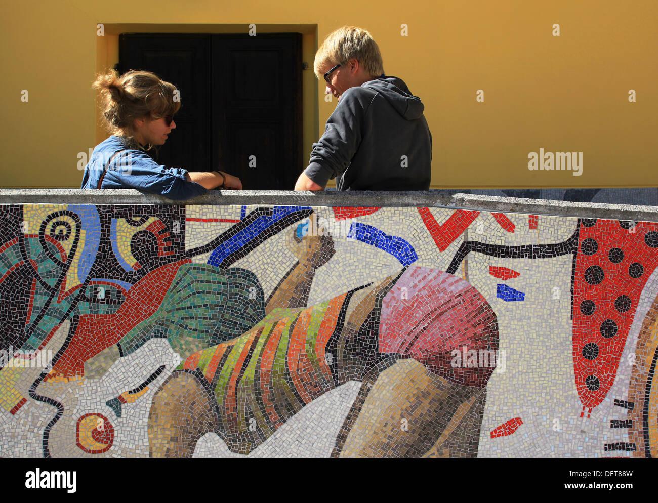 Los estudiantes de la Escuela de mosaicos de Friuli (Scuola Mosaicisti del Friuli) visto en el patio durante el recreo. Spilimbergo,Italia Foto de stock