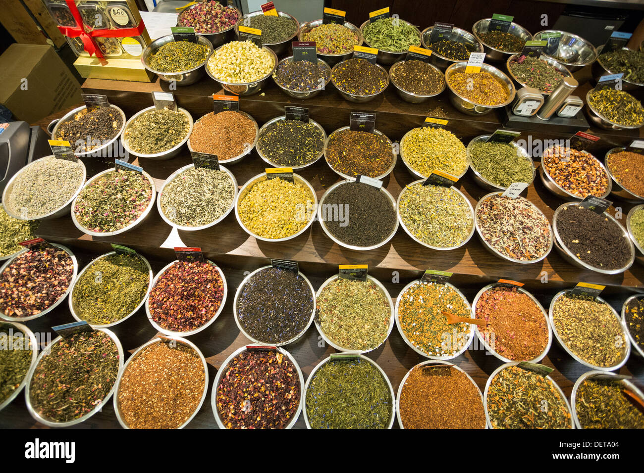 Especias y excitar tienda en el mercado de Chelsea, Nueva York, NY Foto de stock