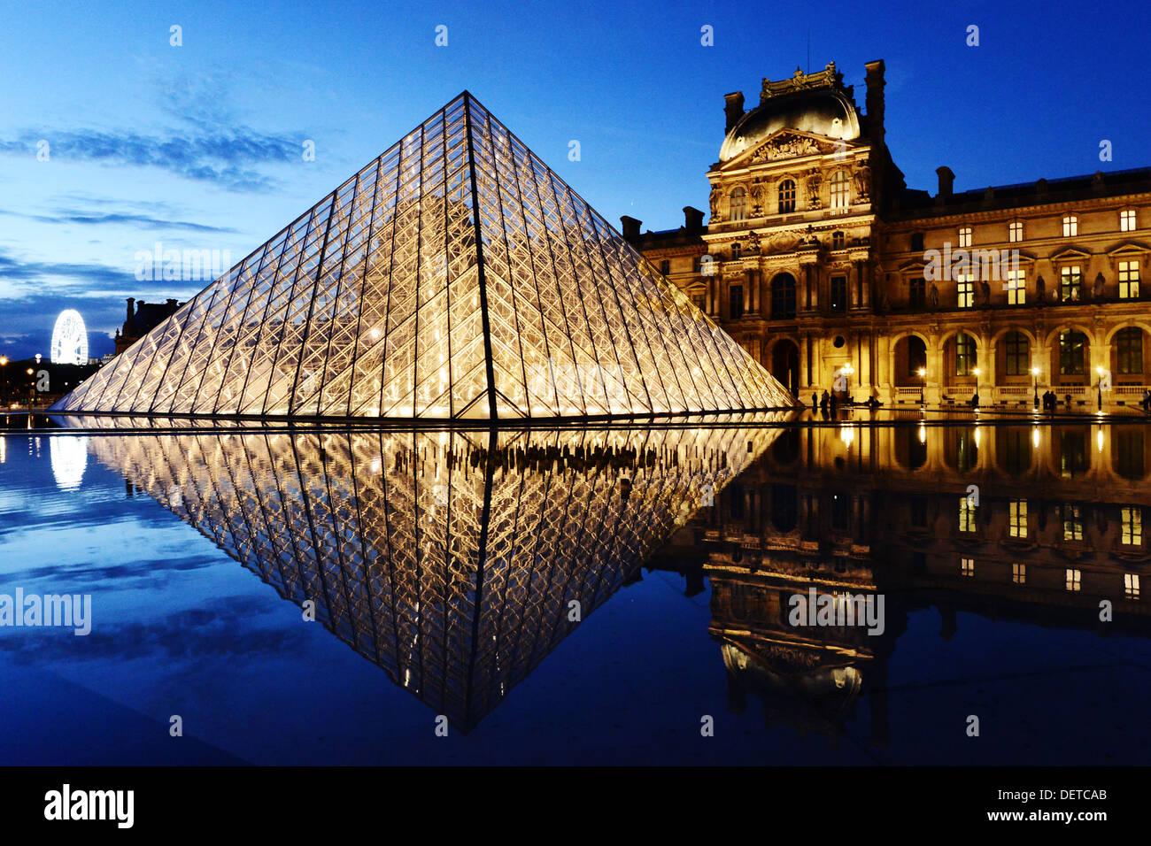 El Louvre o el Museo del Louvre, París, Francia. Foto de stock