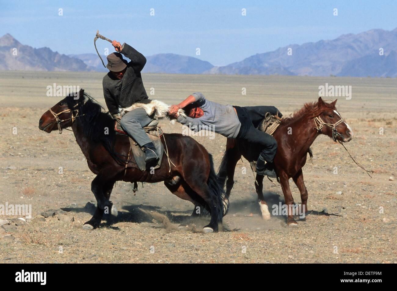 La KEK Bar, juego similar a la de Buzkashi, jinetes compiten por una piel de cabra, Golden Eagle Festival, Bayan Ölgii, montañas de Altai, Imagen De Stock