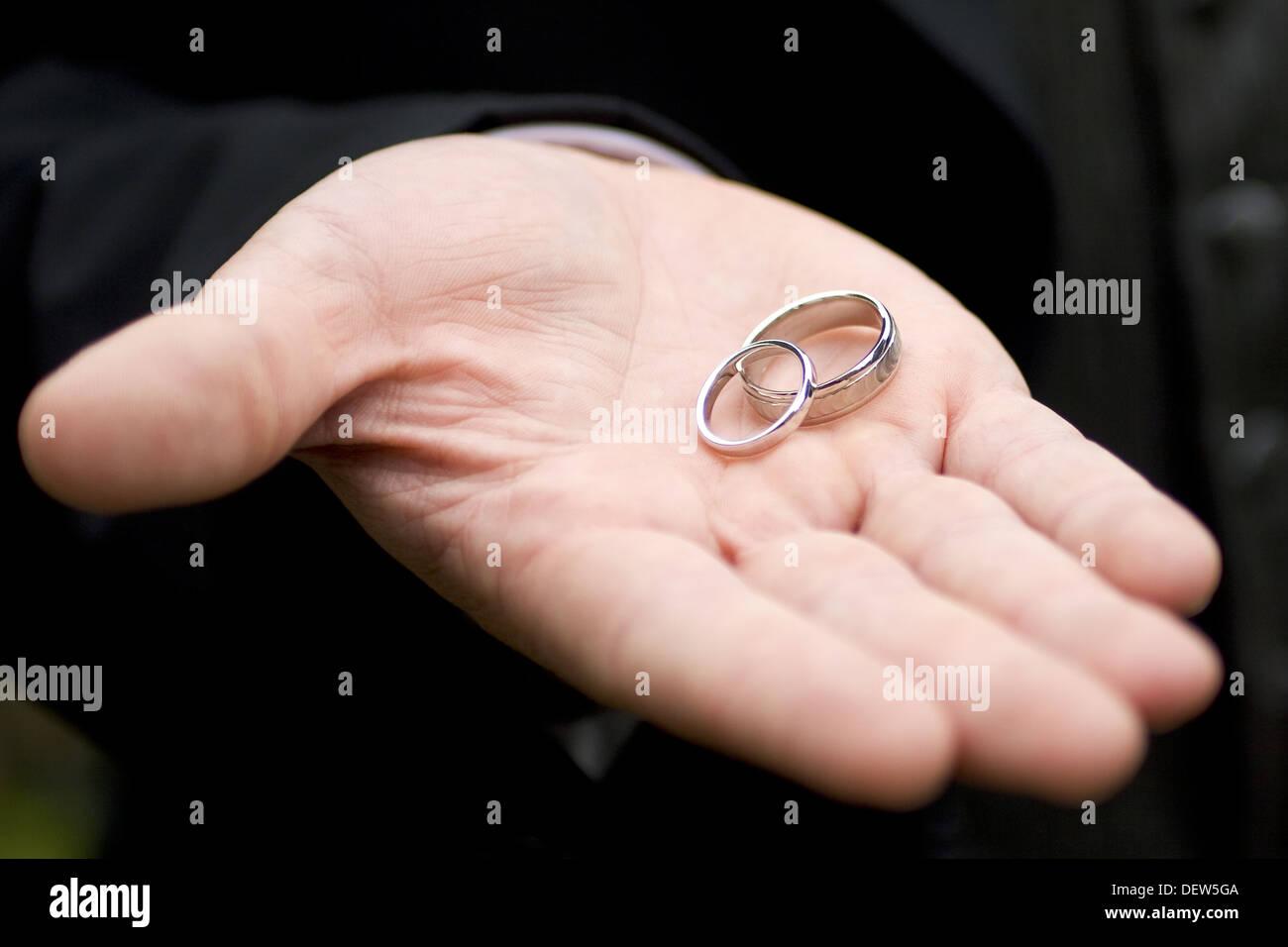 Gold Ring Hand Imágenes De Stock & Gold Ring Hand Fotos De Stock - Alamy