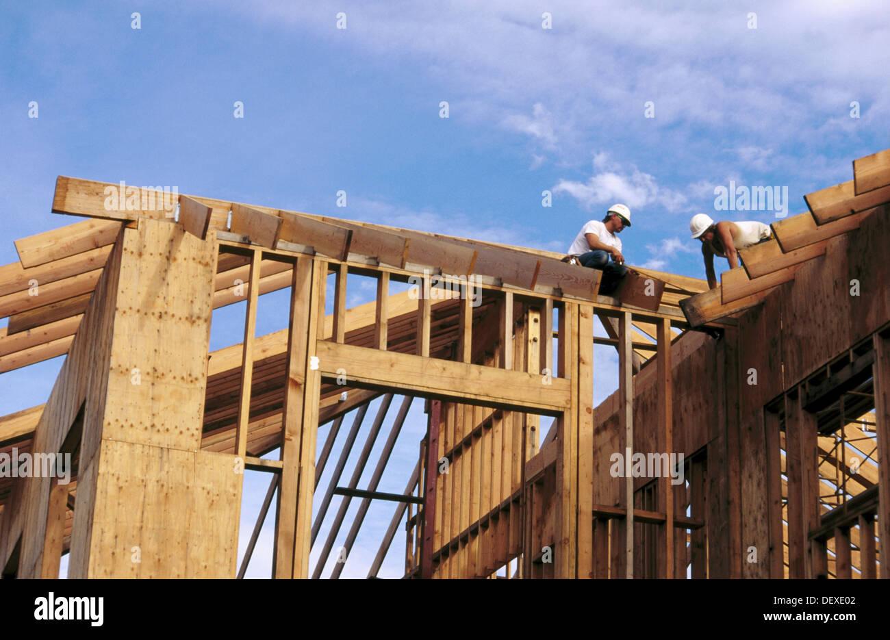 Carpinteros enmarcar un techo. Grass Valley, California. Ee.Uu Foto ...