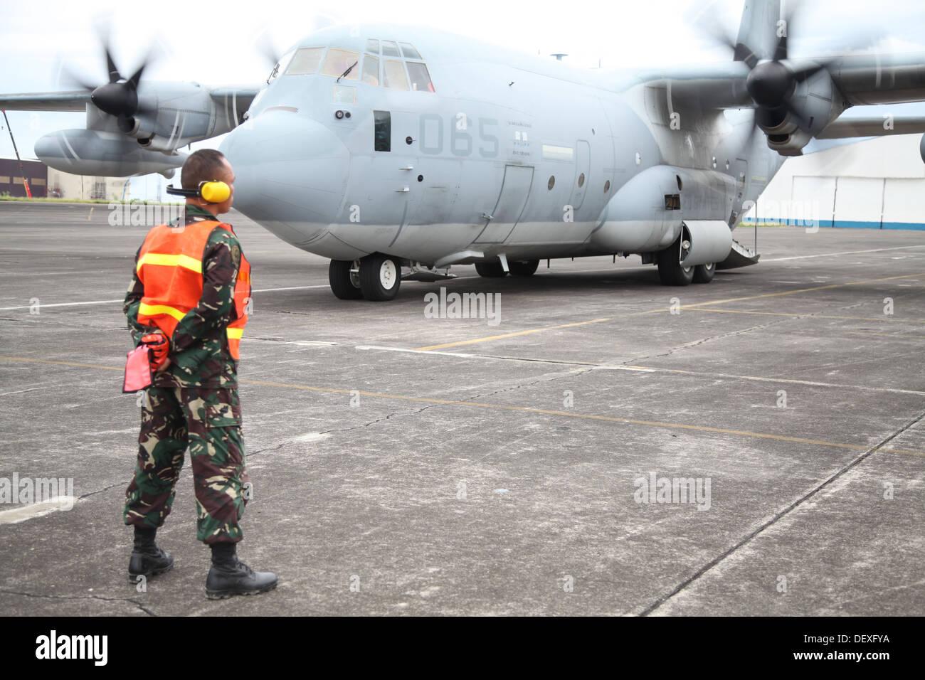 La Fuerza Aérea filipina Tech. El Sgt. Seno Nellas espera un avión KC-130 Hércules llega el 14 de septiembre llevando los Marines para aterrizaje anfibio ejercicio 2014 a Clark Air Field, Pampanga, República de las Filipinas. Nellas es el suboficial en char Imagen De Stock