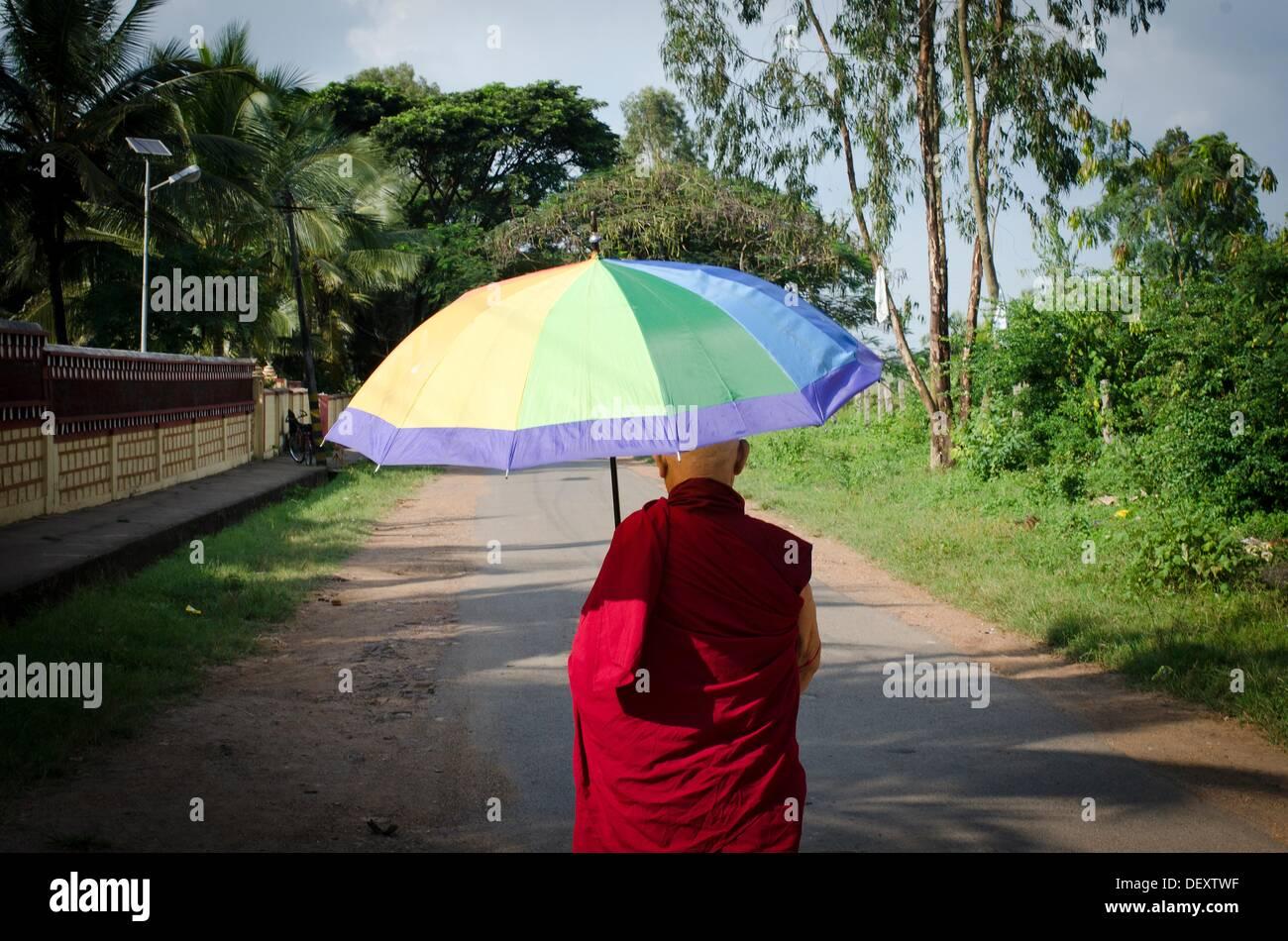 Monje budista tibetano, paseando, paseo, campo, meditacion, tranquilidad, ocio, mungod, Karnataka, India, Asia, campamento de Foto de stock