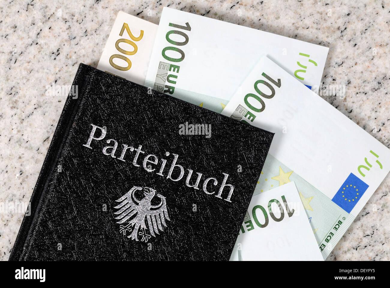 Libro de membresía partidista con billetes, imagen simbólica para los ingresos y auxiliar de políticos incom Imagen De Stock
