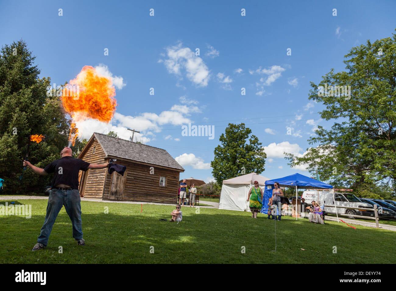 Incendio respiración entretenimiento en el Festival Medieval, Nueva York, el condado de Montgomery Imagen De Stock