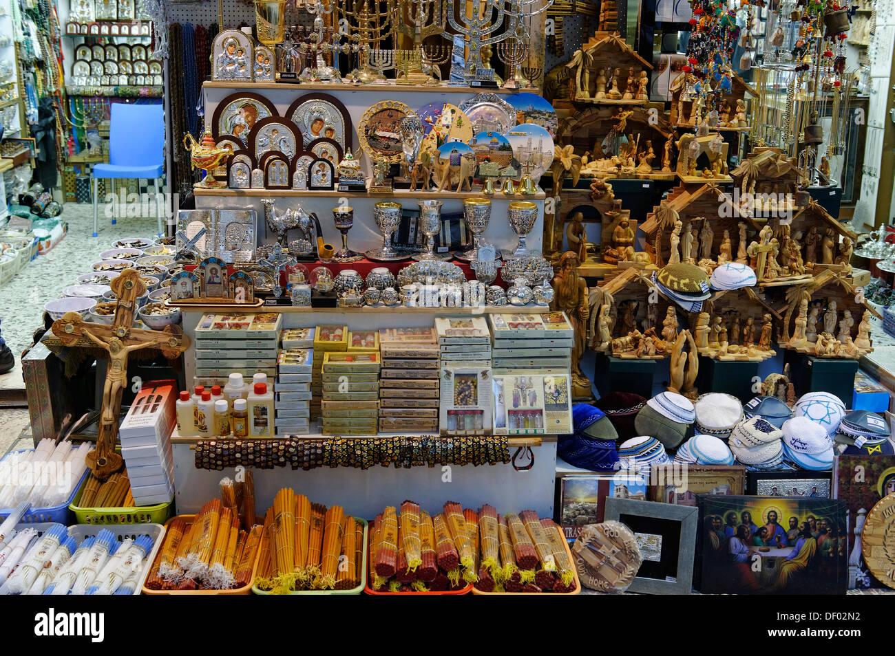 Vía Dolorosa, recuerdos religiosos, souvenirs, Bazar, Souk, casco antiguo de la ciudad, Jerusalén, Israel, Oriente Medio, Asia Imagen De Stock