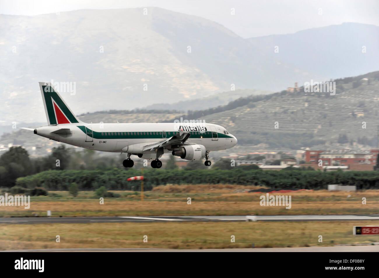 EI-IMC, Alitalia Airbus A319-112 durante el aterrizaje, el aeropuerto de Florencia, Toscana, Italia, Europa Foto de stock