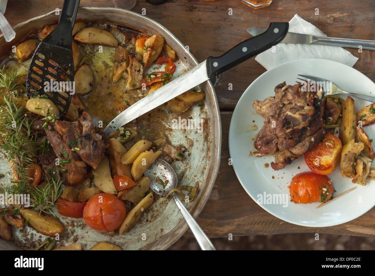 Peka, plato nacional, carnes y vegetales cocinados en un fuego abierto, Croacia, Europa Meridional, Europa Imagen De Stock
