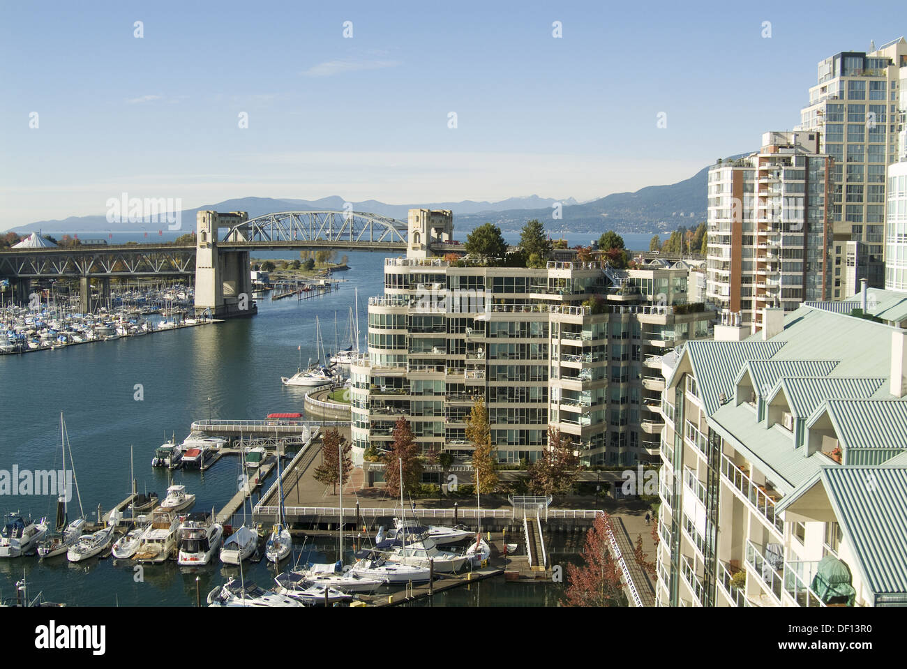 False Creek, Vancouver, BC, Canadá vista de Burrard Street Bridge y Engllish Bay Imagen De Stock