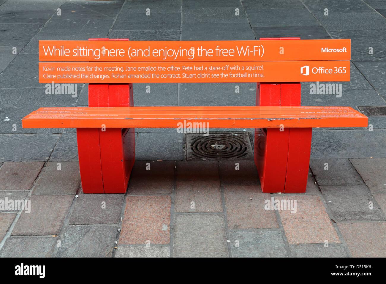 Una banqueta Wi-Fi gratuito de Microsoft en Buchanan Street en el centro de la ciudad de Glasgow, Escocia, Reino Imagen De Stock