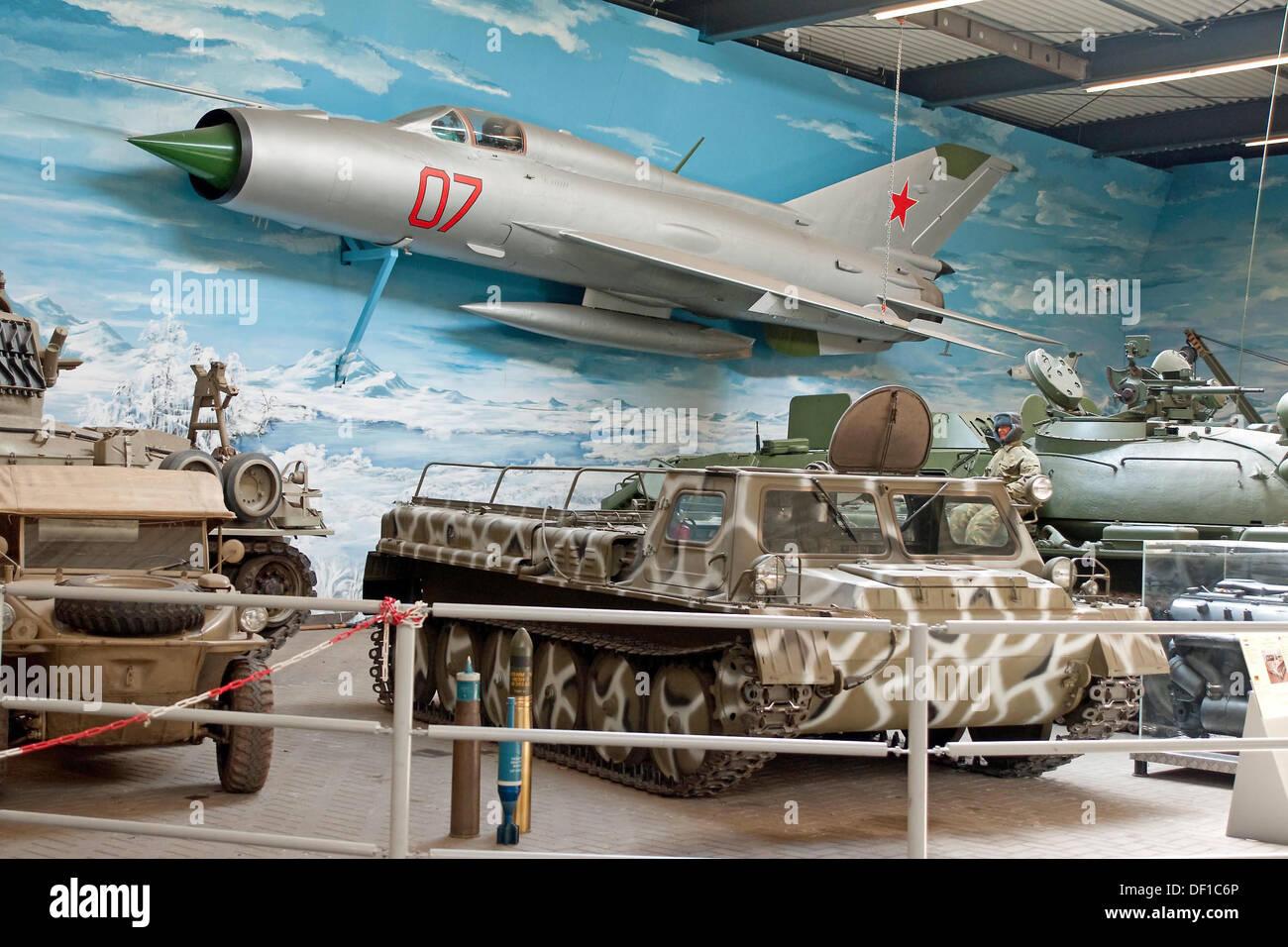 Guerra Fría soviética Mig 21 aviones de combate y vehículos militares muestra en el Museo de la guerra de Overloon, Países Bajos Imagen De Stock
