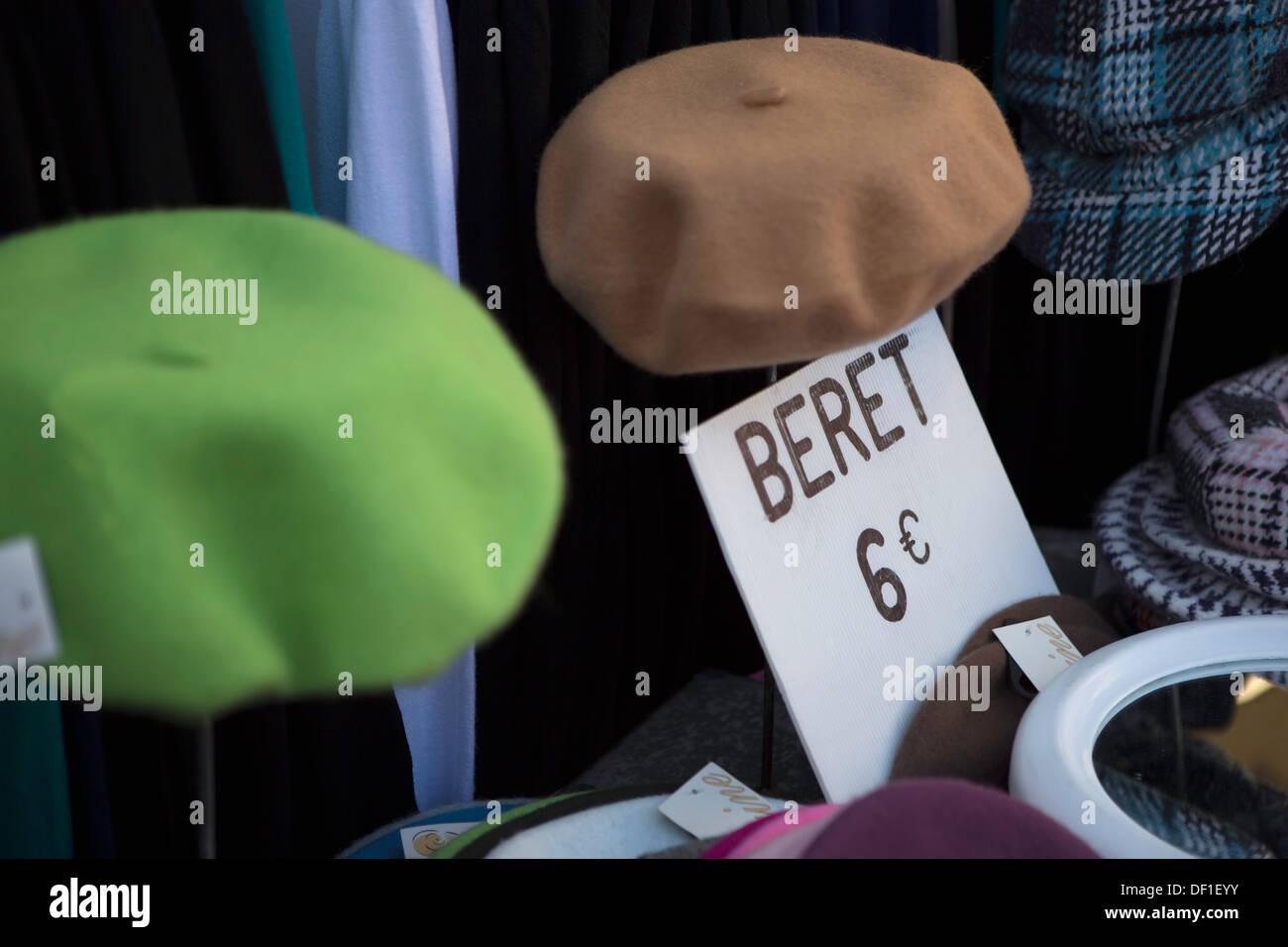 Coloridas boinas en un puesto en el mercado de ropa en Francia Imagen De  Stock ae27e46a652