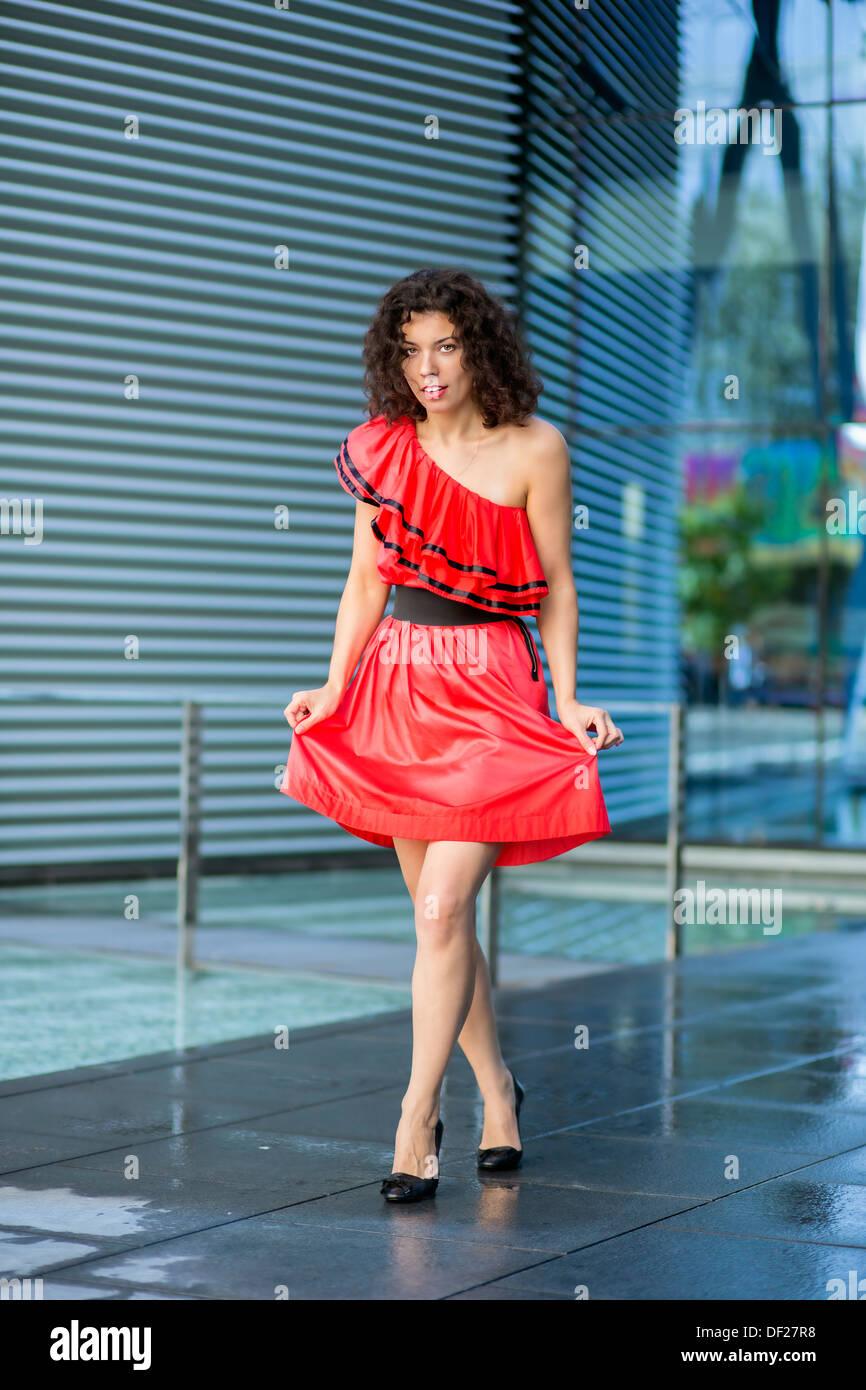 Mujer En Mojado Vestido Rojo En Plaza De Secado Foto