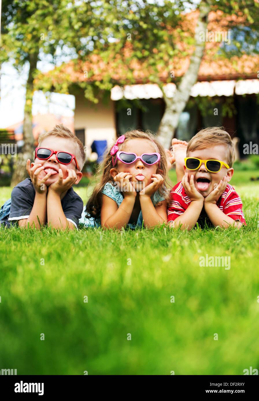 Trío de niños mostrando sus lenguas Imagen De Stock