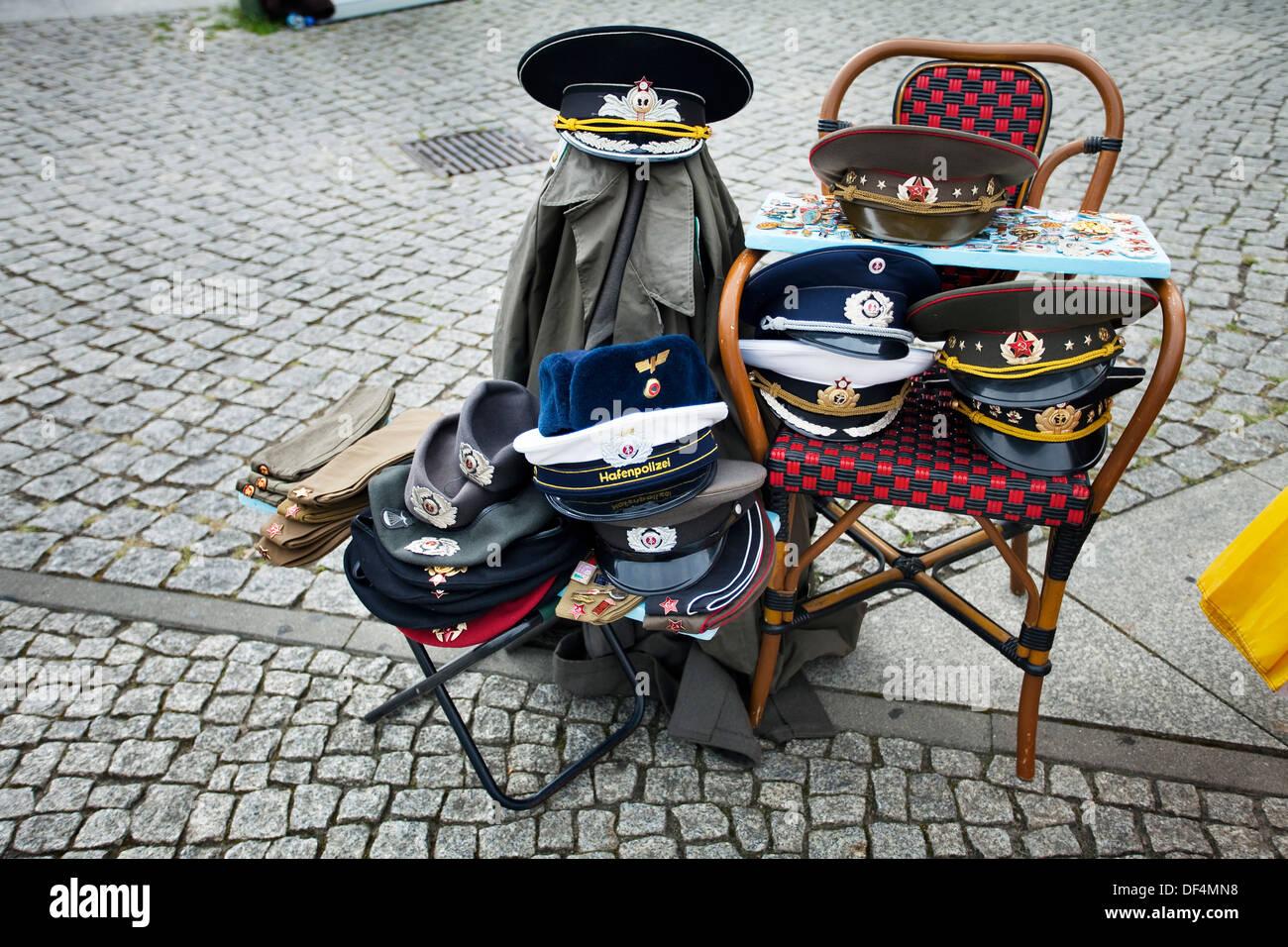 Puesto de venta de la calle guerra fría y artefactos rusos Checkpoint Charlie Berlin Alemania. Imagen De Stock