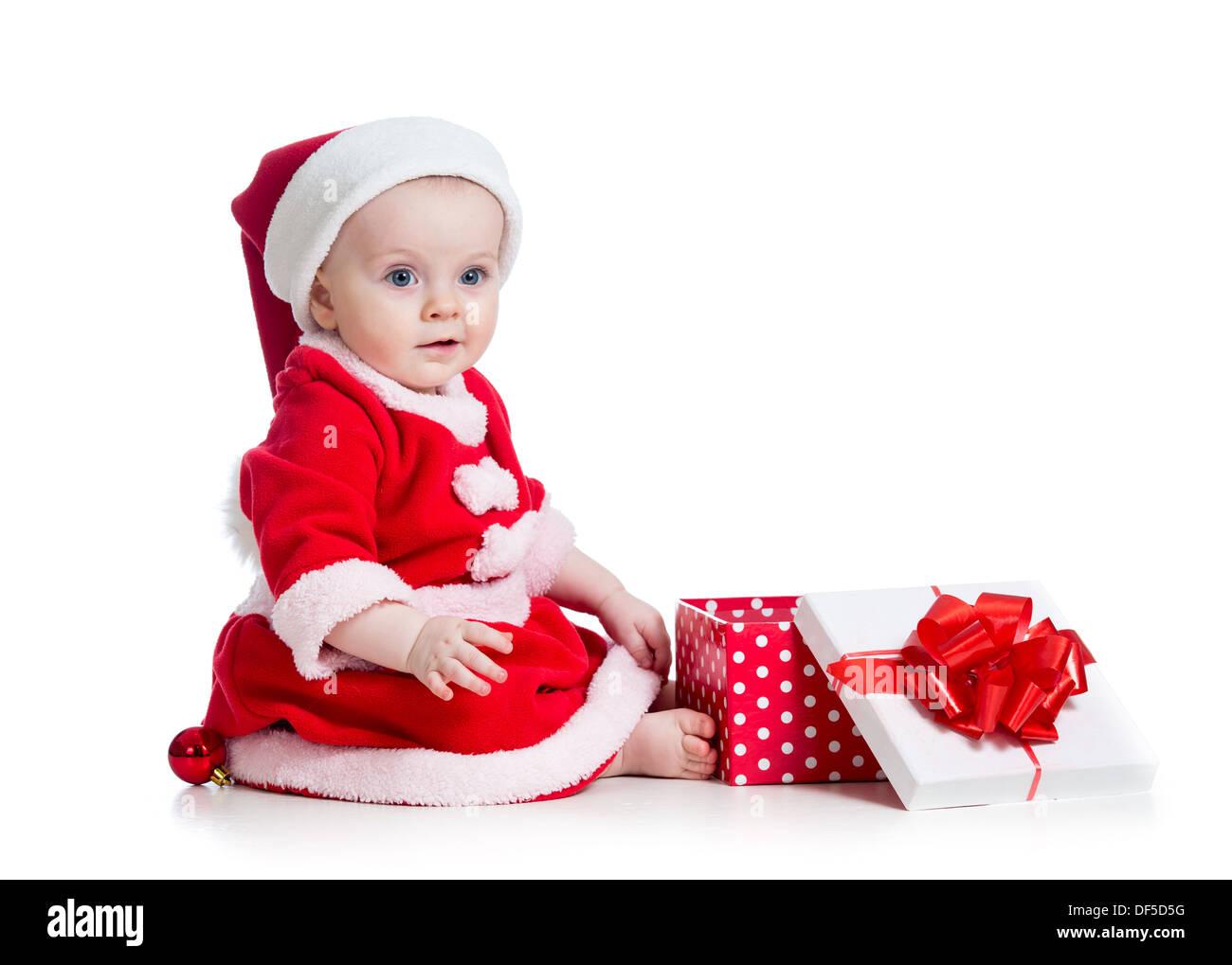 X-mas baby girl Abrir caja de regalo aislado sobre fondo blanco. Imagen De Stock