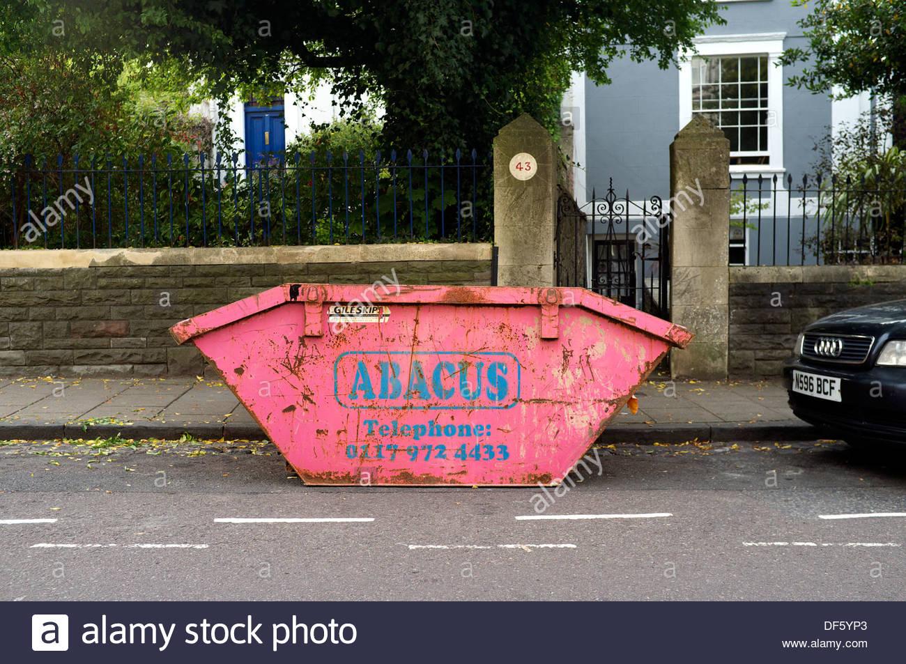 Vacía la basura skip espera llenar, en Bristol, Reino Unido. Imagen De Stock