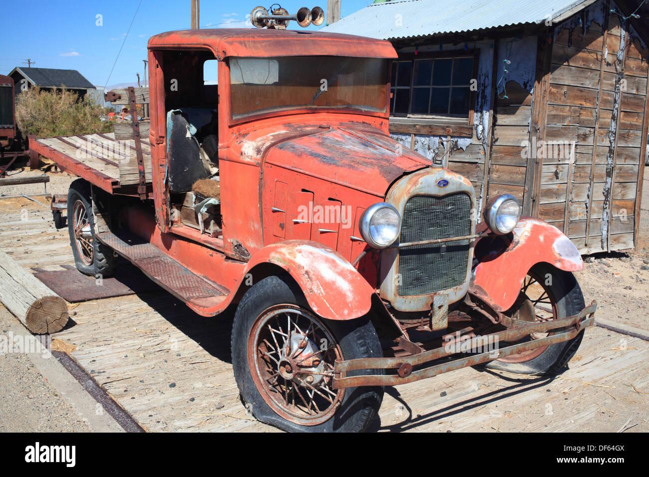 Camión antiguo en Toulon, Nevada Foto de stock